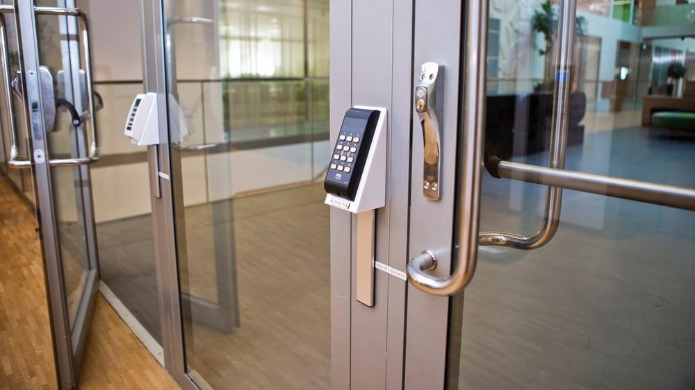 Adgangskontroll ARX ved inngangsparti av glass og stål i næringsbygg.