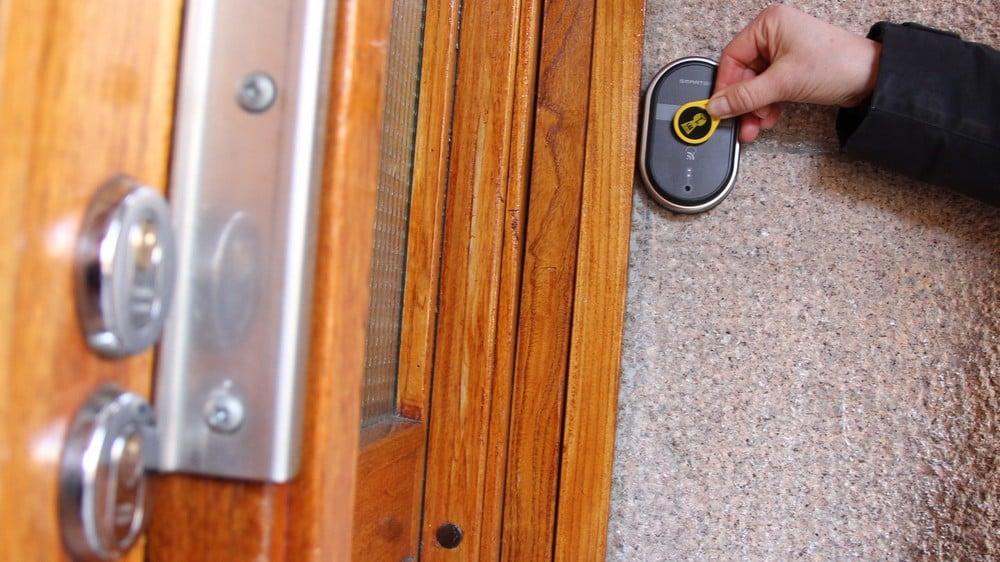 Brukervennlig adgangskontroll borettslag demonstrert med betjening av Smartair ved hjelp av nøkkelbrikke.