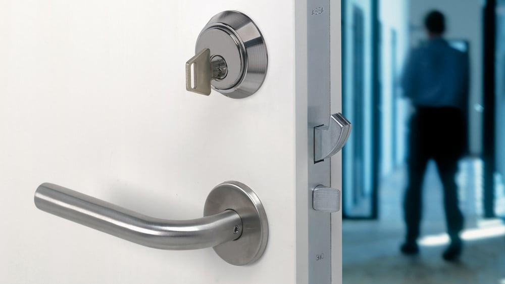 Ytterdør med FG-godkjent dørlås som illustrasjon på at bruktbolig bør ha ny dørlås ved eierskifte.