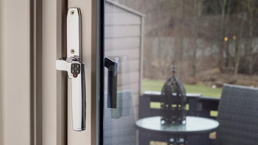 Balkongdør med elektronisk dørlås på dørhåndtaket