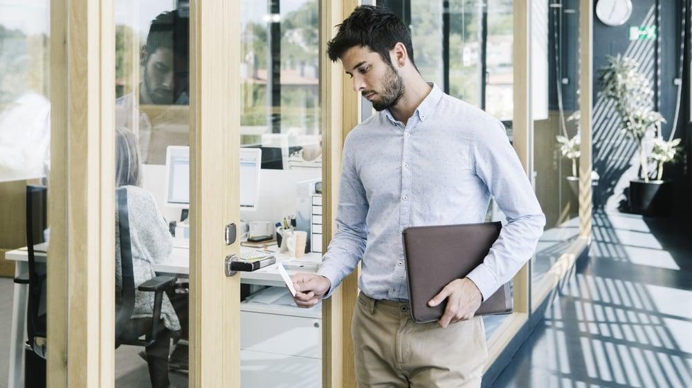 Kontormedarbeider betjener elektronisk adgangssystem