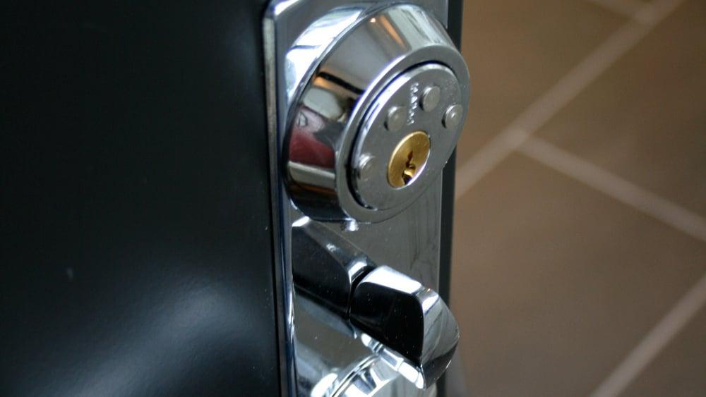 Moderne mekanisk dørlås i ytterdør.