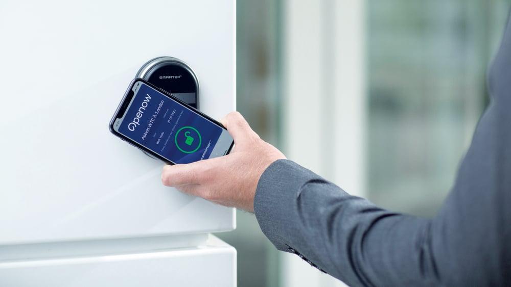 Opplåsing av elektronisk dørlås med mobilbasert adgangskort mot kortleser i Smartair-løsningen Smartair wallreader.