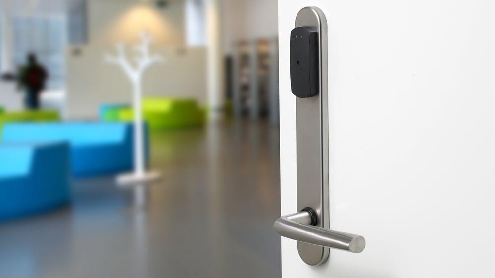 Valg av riktig type lås avhenger av hva slags dør. Bildet viser en innerdør som kan ha en solenoidlås.