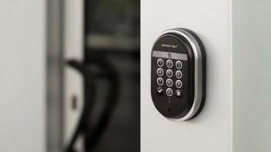 Et adgangskort, personlig kode eller en kombinasjon kan erstatte den mekaniske nøkkelen din