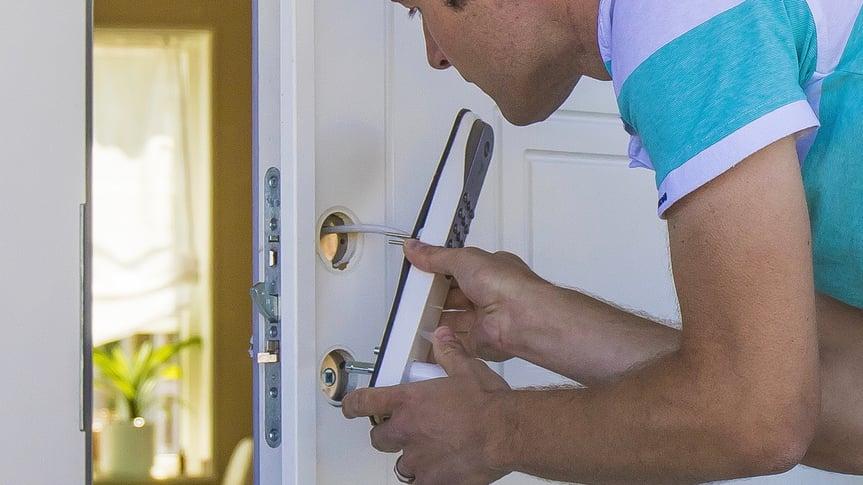 Kan jeg montere elektronisk dørlås selv?